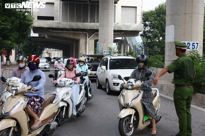 Ảnh: Ngày đầu Hà Nội siết chặt giấy đi đường, xe cộ ùn ứ tại chốt kiểm dịch - 12
