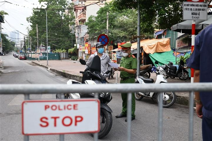 Ảnh: Ngày đầu Hà Nội siết chặt giấy đi đường, xe cộ ùn ứ tại chốt kiểm dịch - 3