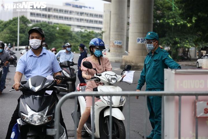 Ảnh: Ngày đầu Hà Nội siết chặt giấy đi đường, xe cộ ùn ứ tại chốt kiểm dịch - 7