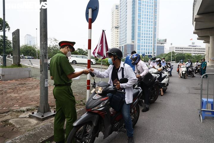 Ảnh: Ngày đầu Hà Nội siết chặt giấy đi đường, xe cộ ùn ứ tại chốt kiểm dịch - 8