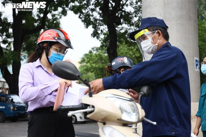 Ảnh: Ngày đầu Hà Nội siết chặt giấy đi đường, xe cộ ùn ứ tại chốt kiểm dịch - 9
