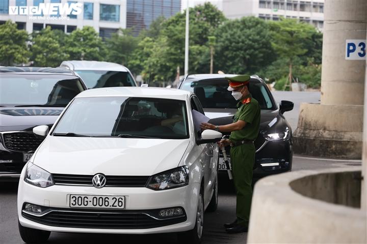 Ảnh: Ngày đầu Hà Nội siết chặt giấy đi đường, xe cộ ùn ứ tại chốt kiểm dịch - 11