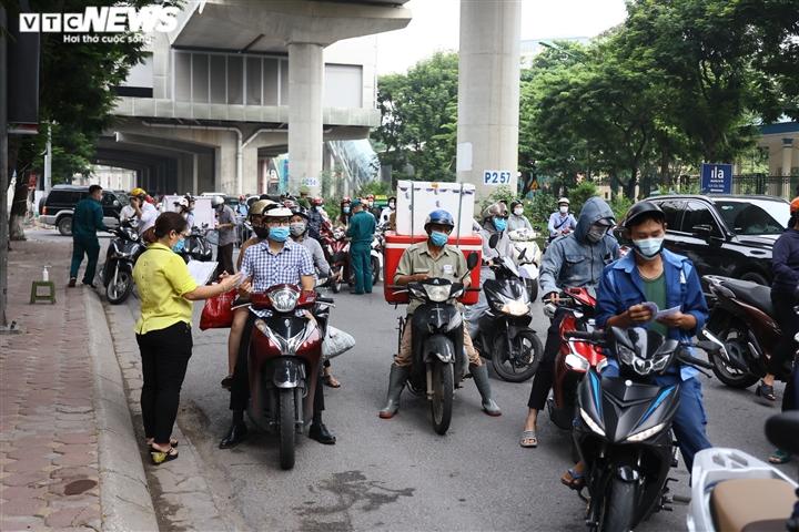 Ảnh: Ngày đầu Hà Nội siết chặt giấy đi đường, xe cộ ùn ứ tại chốt kiểm dịch - 1