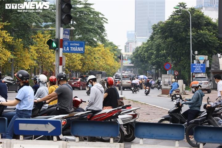 Ảnh: Ngày đầu Hà Nội siết chặt giấy đi đường, xe cộ ùn ứ tại chốt kiểm dịch - 5