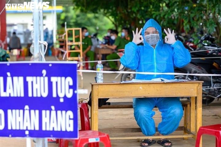 Nghẹn ngào hình ảnh tình nguyện viên Kon Tum vật vờ chợp mắt tại chốt kiểm dịch - 3