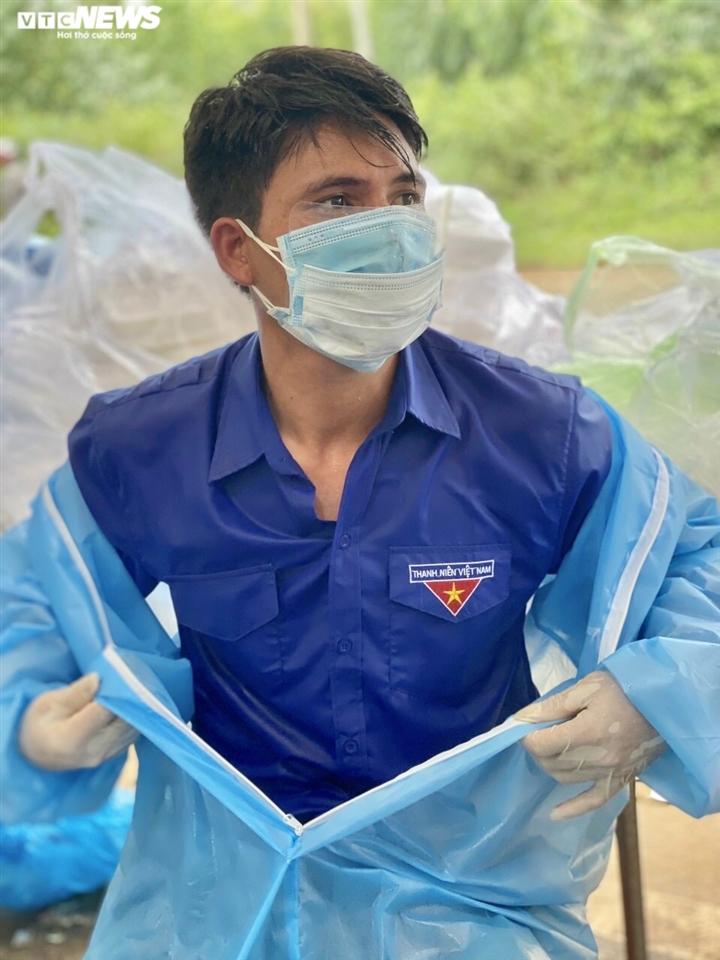 Nghẹn ngào hình ảnh tình nguyện viên Kon Tum vật vờ chợp mắt tại chốt kiểm dịch - 5