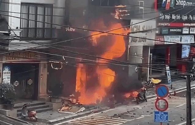 Cửa hàng gas ở Sa Pa bốc cháy dữ dội, 2 nhà bên cạnh bị thiêu rụi