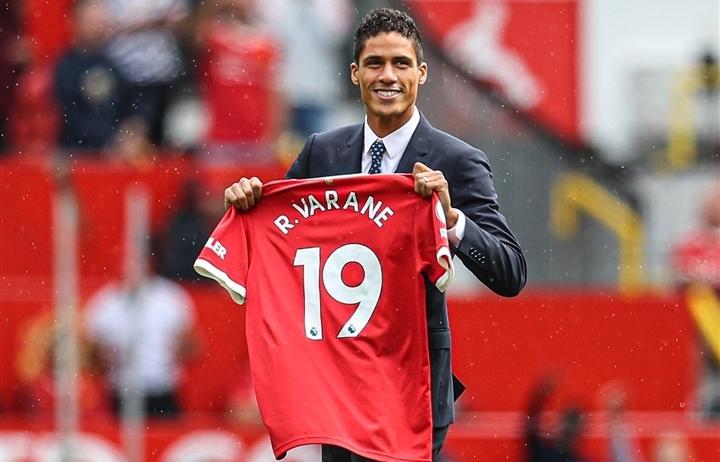 Lý do bất ngờ khiến Varane phải mang số áo lạ ở Man Utd