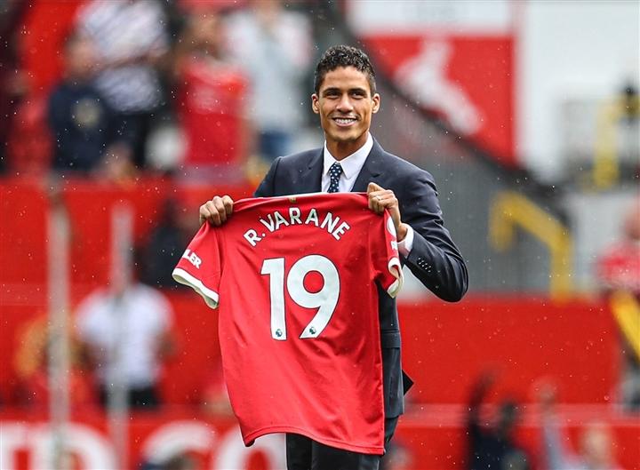 Lý do bất ngờ khiến Varane phải mang số áo lạ ở Man Utd  - 1