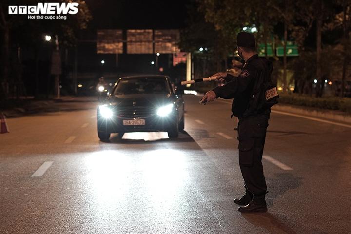 Ảnh: Chiến sĩ cảnh sát cơ động trắng đêm trực chốt ở cửa ngõ Thủ đô - 2