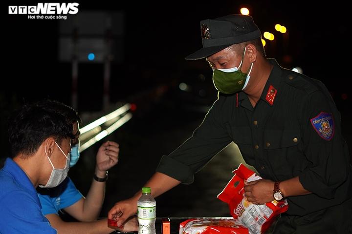 Ảnh: Chiến sĩ cảnh sát cơ động trắng đêm trực chốt ở cửa ngõ Thủ đô - 5