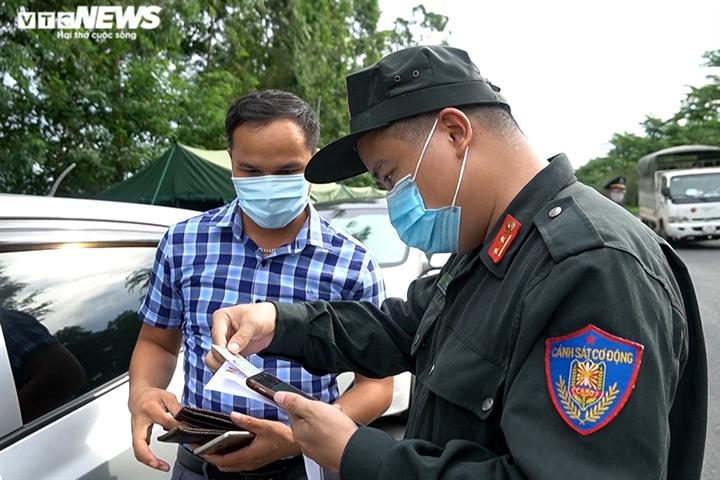 Ảnh: Chiến sĩ cảnh sát cơ động trắng đêm trực chốt ở cửa ngõ Thủ đô - 7