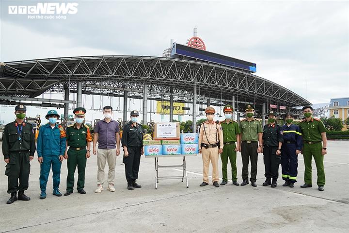 Ảnh: Chiến sĩ cảnh sát cơ động trắng đêm trực chốt ở cửa ngõ Thủ đô - 8