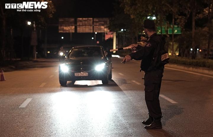 Ảnh: Chiến sĩ cảnh sát cơ động trắng đêm trực chốt ở cửa ngõ Thủ đô