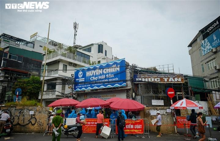 Hà Nội: Dân xếp hàng gửi tiếp tế trước khu vực phong toả ở phường Chương Dương