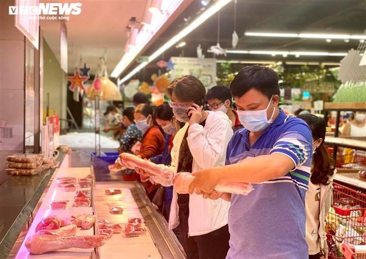 Trăm người chen chúc trong siêu thị, bất chấp chỉ thị giãn cách ở Bình Dương - 2