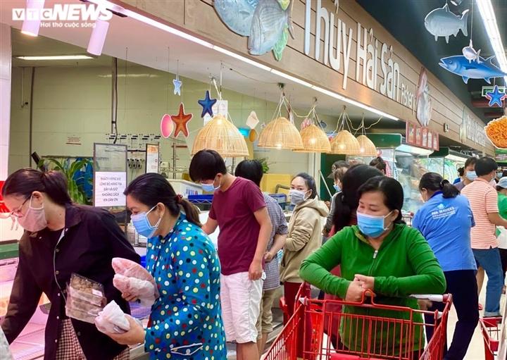Trăm người chen chúc trong siêu thị, bất chấp chỉ thị giãn cách ở Bình Dương - 4