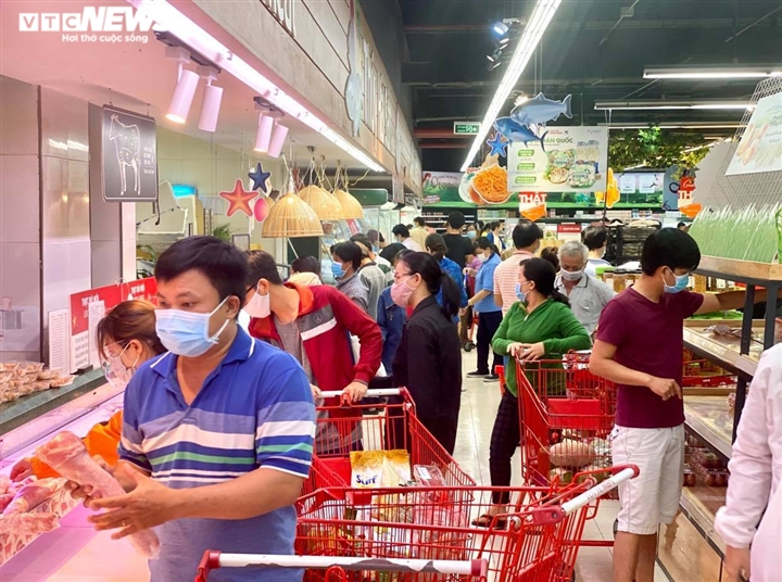 Trăm người chen chúc trong siêu thị, bất chấp chỉ thị giãn cách ở Bình Dương - 1