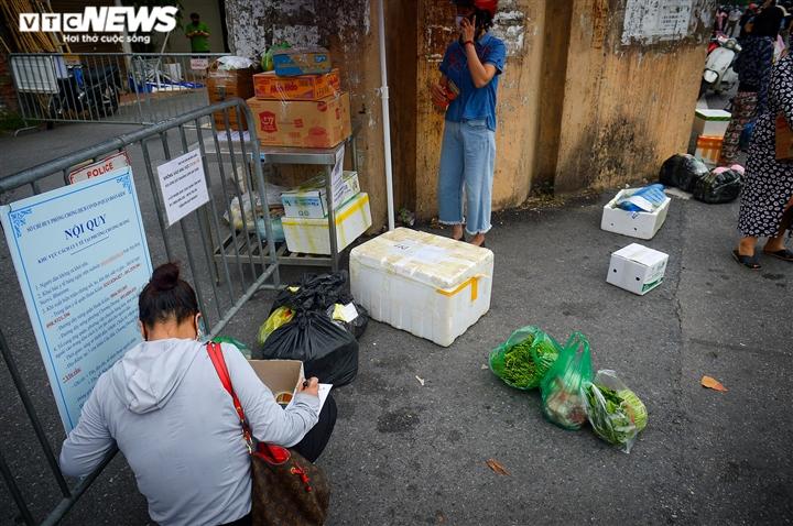 Hà Nội: Dân xếp hàng gửi tiếp tế trước khu vực phong toả ở phường Chương Dương - 10