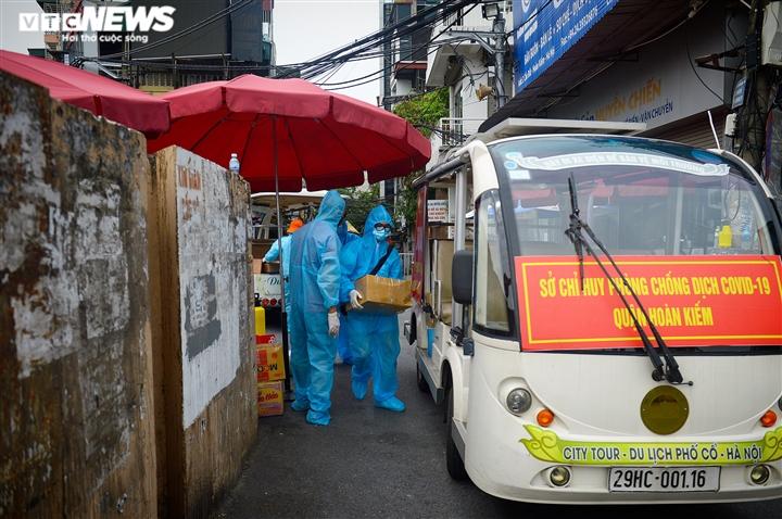 Hà Nội: Dân xếp hàng gửi tiếp tế trước khu vực phong toả ở phường Chương Dương - 8