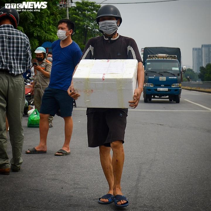 Hà Nội: Dân xếp hàng gửi tiếp tế trước khu vực phong toả ở phường Chương Dương - 5