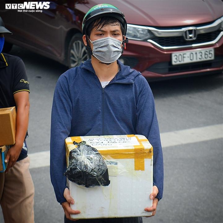 Hà Nội: Dân xếp hàng gửi tiếp tế trước khu vực phong toả ở phường Chương Dương - 4