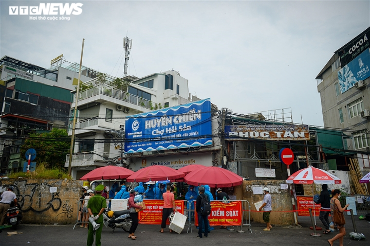 Hà Nội: Dân xếp hàng gửi tiếp tế trước khu vực phong toả ở phường Chương Dương - 16