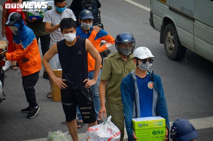 Hà Nội: Dân xếp hàng gửi tiếp tế trước khu vực phong toả ở phường Chương Dương - 13