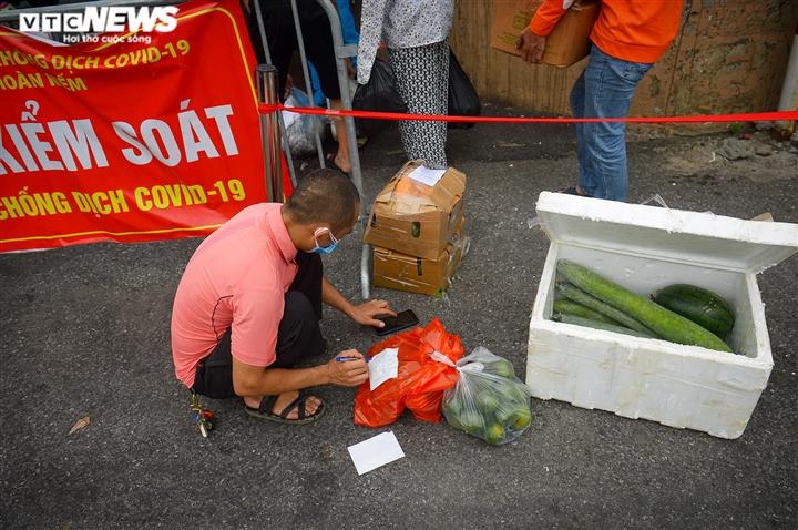 Hà Nội: Dân xếp hàng gửi tiếp tế trước khu vực phong toả ở phường Chương Dương - 9