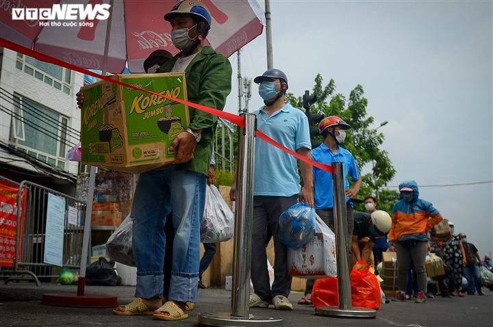 Hà Nội: Dân xếp hàng gửi tiếp tế trước khu vực phong toả ở phường Chương Dương - 3