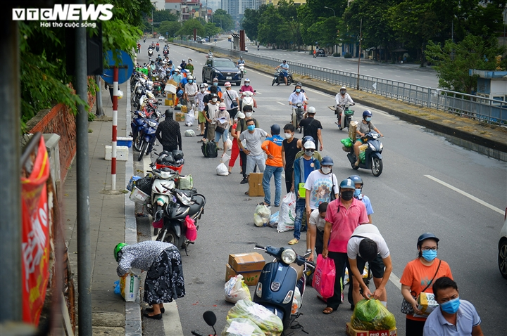 Hà Nội: Dân xếp hàng gửi tiếp tế trước khu vực phong toả ở phường Chương Dương - 2