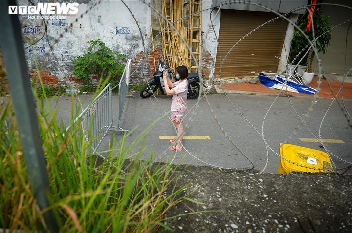 Hà Nội: Dân xếp hàng gửi tiếp tế trước khu vực phong toả ở phường Chương Dương - 15