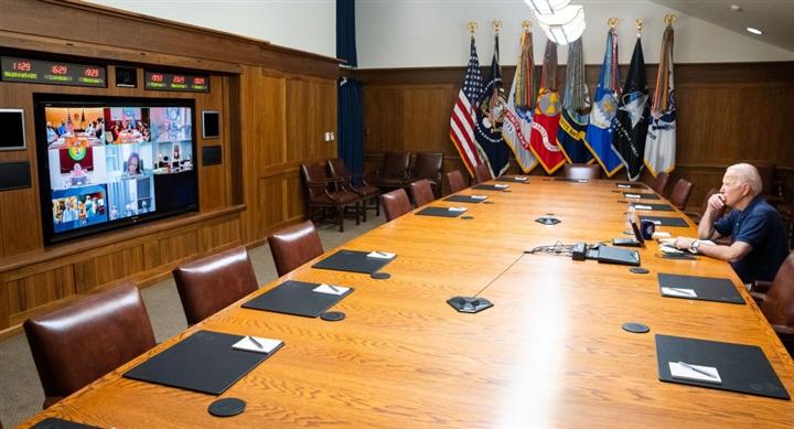Tổng thống Mỹ ngồi trầm ngâm đón tin dữ từ Afghanistan - 1