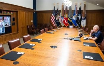 Tổng thống Mỹ ngồi trầm ngâm đón tin dữ từ Afghanistan