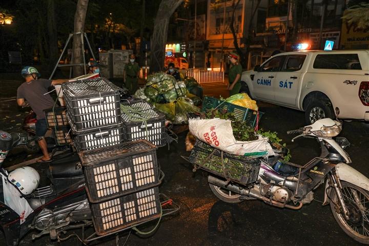 Hà Nội: Trắng đêm dẹp chợ nông sản trái phép cạnh Bốt Hàng Đậu - 4