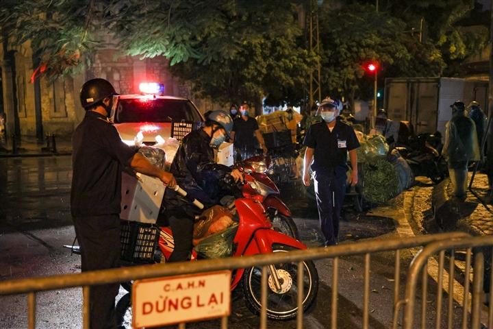 Hà Nội: Trắng đêm dẹp chợ nông sản trái phép cạnh Bốt Hàng Đậu - 7