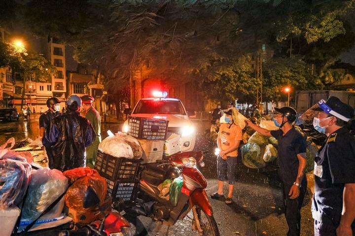 Hà Nội: Trắng đêm dẹp chợ nông sản trái phép cạnh Bốt Hàng Đậu - 3
