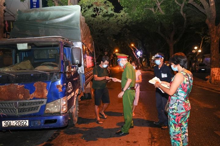 Hà Nội: Trắng đêm dẹp chợ nông sản trái phép cạnh Bốt Hàng Đậu - 8