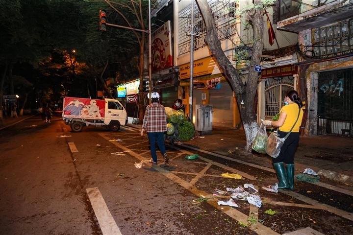 Hà Nội: Trắng đêm dẹp chợ nông sản trái phép cạnh Bốt Hàng Đậu - 12