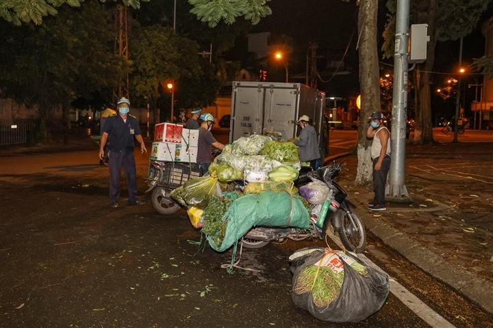 Hà Nội: Trắng đêm dẹp chợ nông sản trái phép cạnh Bốt Hàng Đậu - 5