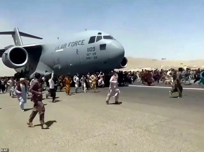 Taliban cho phép người ở sân bay Kabul di tản an toàn - 1