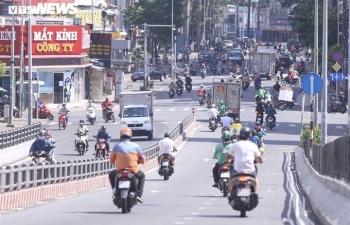 Ảnh: Xe cộ ùn ùn ra đường tại TP.HCM như chưa hề có dịch