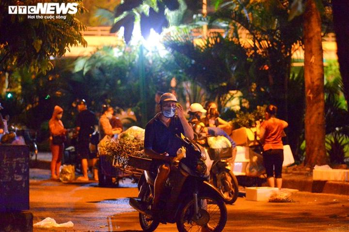 Hà Nội: 'Phiên chợ lúc 0h' ngang nhiên hoạt động bất chấp lệnh giãn cách - 6