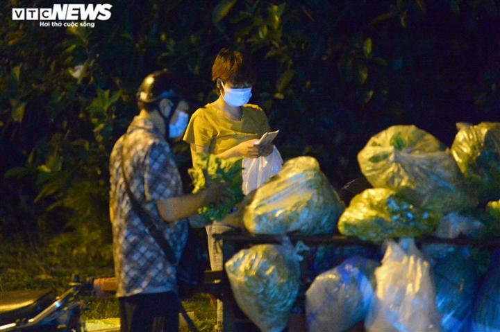 Hà Nội: 'Phiên chợ lúc 0h' ngang nhiên hoạt động bất chấp lệnh giãn cách - 7