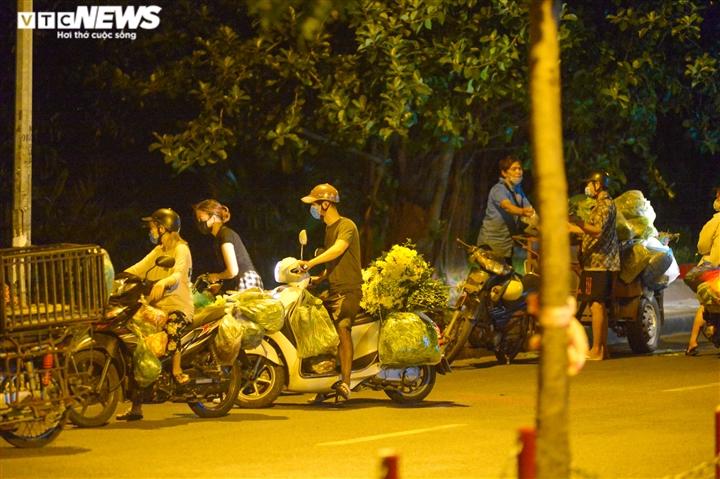 Hà Nội: 'Phiên chợ lúc 0h' ngang nhiên hoạt động bất chấp lệnh giãn cách - 1