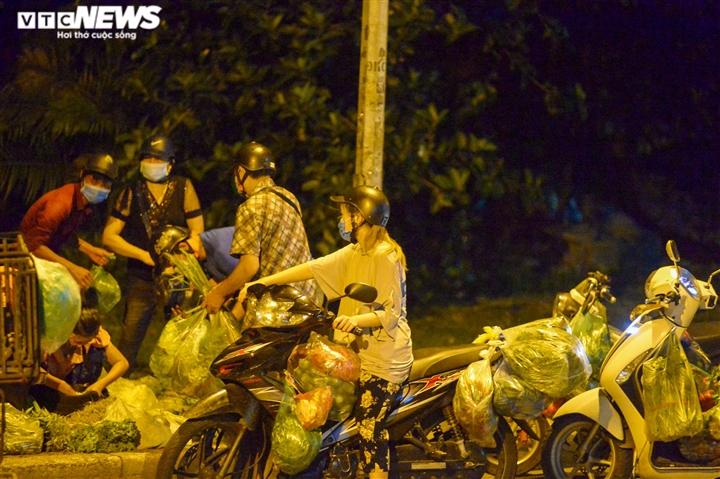 Hà Nội: 'Phiên chợ lúc 0h' ngang nhiên hoạt động bất chấp lệnh giãn cách - 2