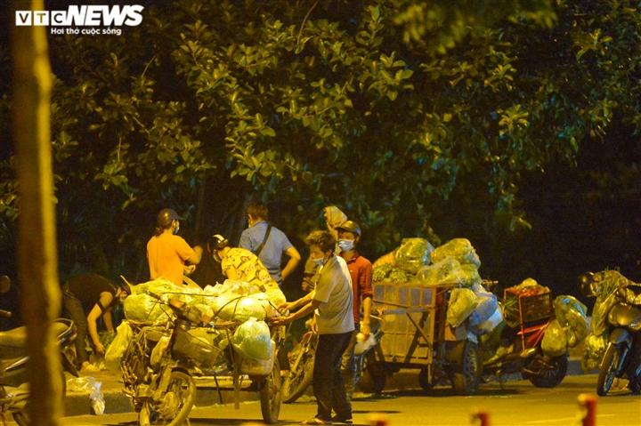Hà Nội: 'Phiên chợ lúc 0h' ngang nhiên hoạt động bất chấp lệnh giãn cách - 11