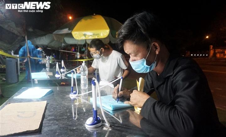 Ảnh: Nhân viên y tế trắng đêm chặn COVID-19 xâm nhập Đà Nẵng - 2