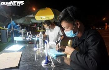 Ảnh: Nhân viên y tế trắng đêm chặn COVID-19 xâm nhập Đà Nẵng