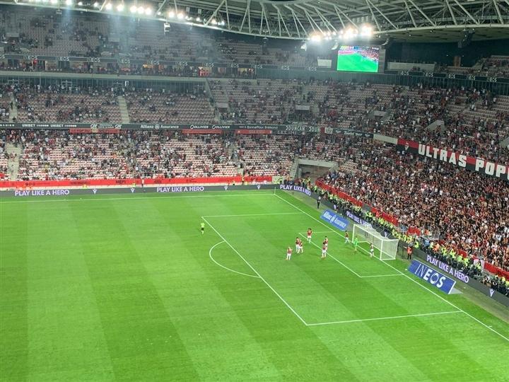 Cổ động viên tràn xuống sân hành hung cầu thủ, trận đấu ở Pháp bị hủy bỏ   - 4
